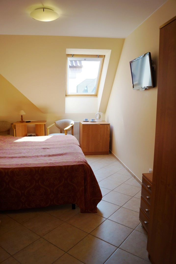 pokój z oknem dachowym