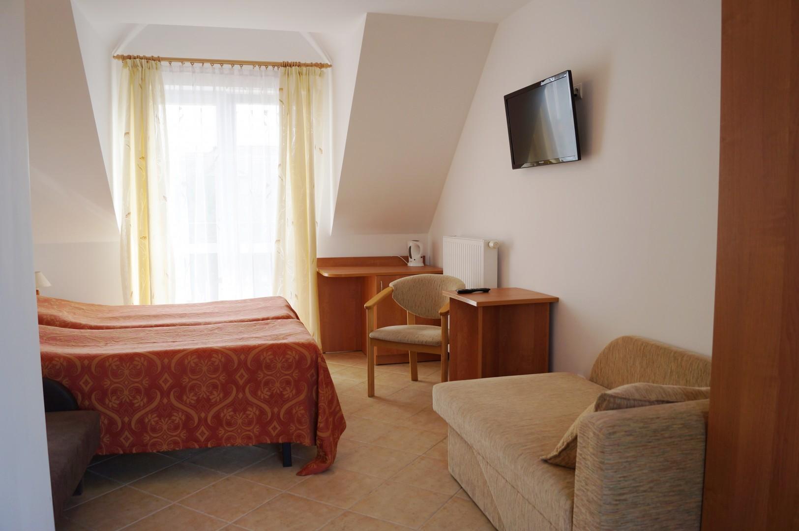 pokój na piętrze z balkonem.